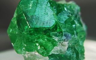Цаворит: особенности камня, свойства и знак зодиака тсаворита, фото