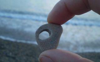 Камень куриный бог: дырочка – портал в иные миры, его происхождение, применение и фото