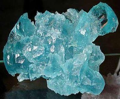 камень голубого оттенка.